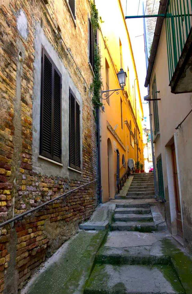 The-old-streets-of-Loreto-Aprutino-Abruzzo-Italy-Tours