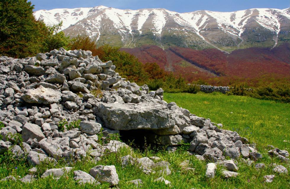 An Abruzzese tholos (shepherd's hut) on our Abruzzo tours Italy