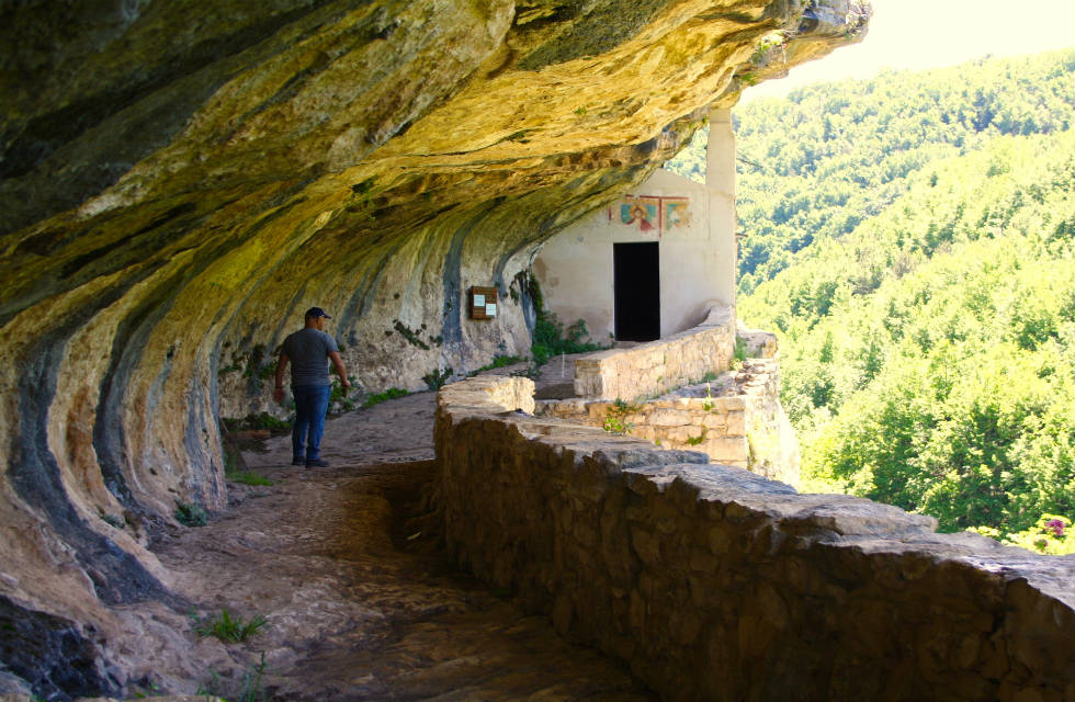 Visit the hermitage of San Bartolomeo on our Italy tour packages of Abruzzo