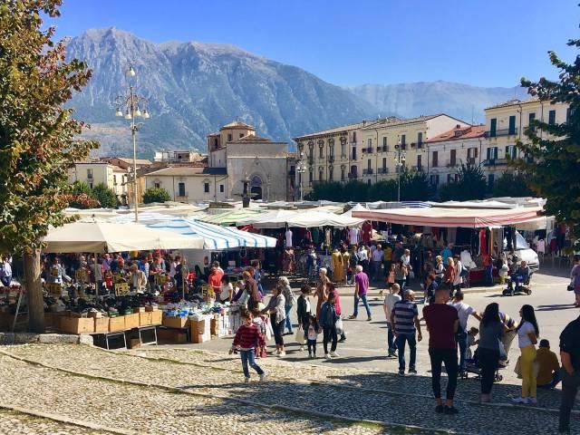 Intimate-tours-Sulmona-farmers-market